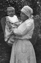 Emilie Nielsine Jensen på ca. 39 år med sin datter Ellen Margrethe Messmann i 1917